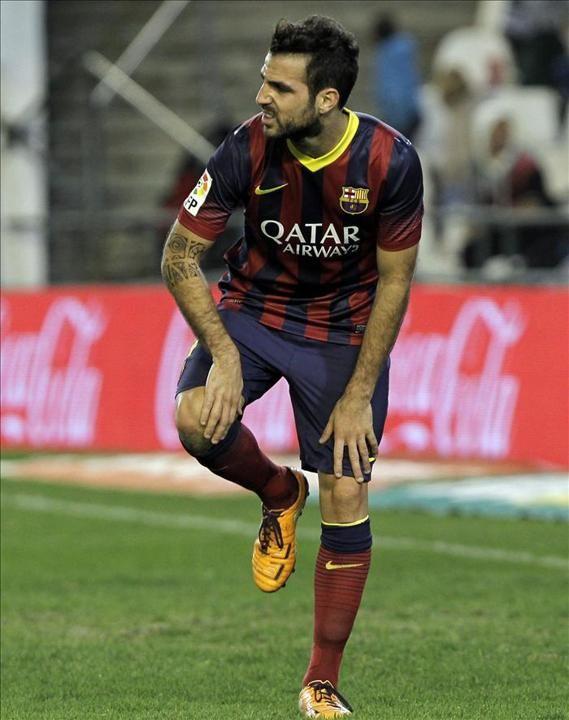 El jugador brasileño del FC Barcelona Neymar (2-i) trata de escapar entre varios jugadores del Real Betis, durante el partido de Liga en Pri...