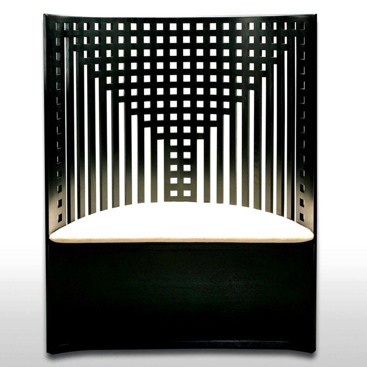 Sedila tronetto in frassino laccato nero_ Sedile imbottito e rivestito in stoffa bianca_ larg_ 94 cm_ h_ 119 cm_ prof_ 41 cm_