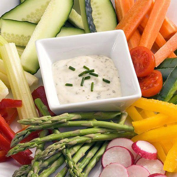 Las crudités de verdura solucionan un picoteo rápido, saludable y sabroso, al minuto. Aquí te aconsejamos cómo prepararlas y servirlas con diferentes salsas