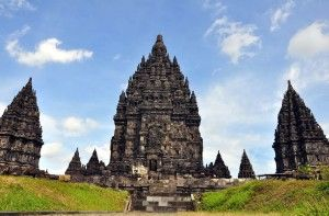Candi Prambanan atau Candi Loro Jonggrang adalah kompleks candi Hindu terbesar di Indonesia yang dibangun pada abad ke-9 masehi. Candi ini dipersembahkan untuk Trimurti, tiga dewa utama Hindu yaitu Brahma sebagai dewa pencipta, Wishnu sebagai dewa pemelihara, dan Siwa sebagai dewa pemusnah.  https://wiratourjogja.com/ Atau https://wiratourjogja.com/candi-prambanan/