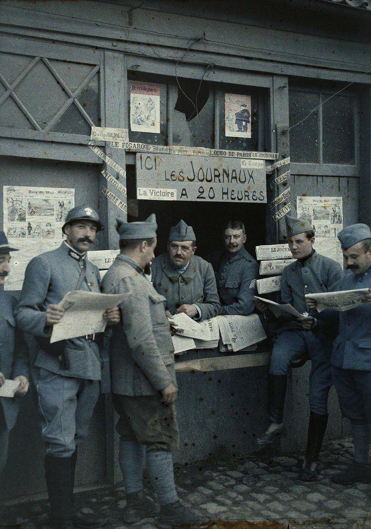 Vente des journaux sur un éventaire, Rexpoede (Nord), 6 septembre 1917.