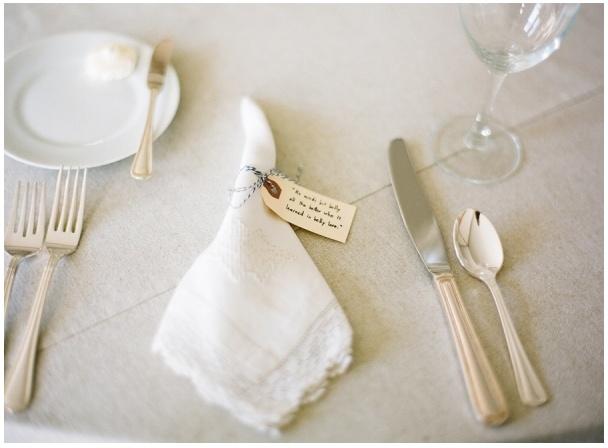 Gepoetst zilver en wit linnen passen goed bij een winterse bruiloft.