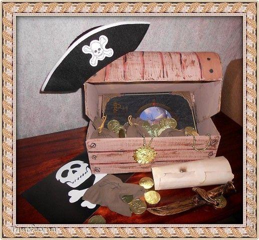 Йо-хо-хо, приветствую всех заглянувших  на огонёк! 25-го июня моему сыну Мише исполнилось 5 лет. Первый юбилей, можно сказать, и хотелось этот праздник отметить как то по особенному. Первая мысль была - день рождение в стиле пиратов, так как пираты, это одна из любимых Мишиных игр, тем для разговоров, рисования, лепки из пластилина и т.д, в общем, любит он пиратов и даже не возникло сомнений в выборе оформления вечеринки. А в помощь, конечно же, пришёл Google, пиратская тема среди мальчишек…