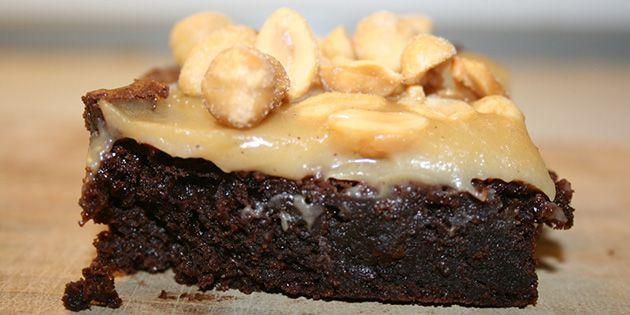 Opskriften giver en virkelig lækker snickerskage med karamelsovs og knasende peanuts