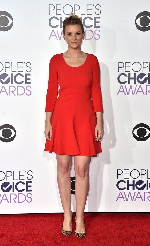 La actriz y cantante Bonnie Somerville con un sencillo vestido rojo combinado con salones de animal print.