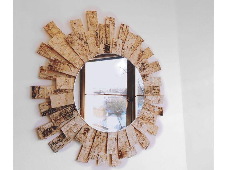 Sluneční zrcadlo. Ozdobte stěnu skutečně originálním zrcadlem, které rozzáří celou místnost. Svým tvarem připomíná slunce, jehož sluneční paprsky jsou tvořeny přírodní břízovou kůrou. S naším balíčkem vytvoříte tuto dekoraci do 45 minut a...