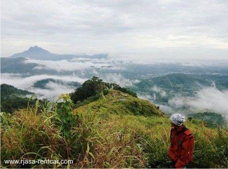 Kabupaten Bengkayang merupakan daerah yang berbatu dan berbukit bukit. Objek wisata di Bengkayang yang terkenal salah satunya ialah Bukit Jamur Bengkayang