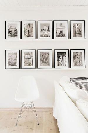 Bekijk de foto van Marington-nl met als titel Stijlvolle zwarte lijsten op 2 planken aan de muur. De gelijke lijsten met sepia foto's passen perfect bij het witte interieur en de prachtige houten vloer. Een fotomuur past in elk interieur. en andere inspirerende plaatjes op Welke.nl.