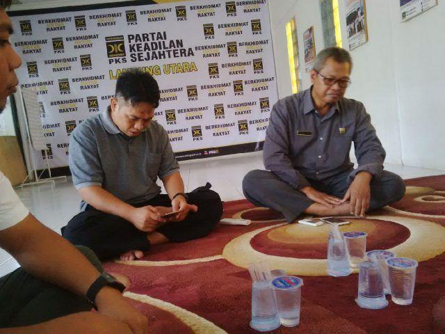 Feaby|Teraslampung.com  Kotabumi--DPD PKS Lampung Utara dan PWI Lampung Utara berencana menggelar beberaoa perlombaan untuk semakin menyemarakkan peringatan HUT ke-72 Republik Indonesia. Rencananya, perlombaan ini hanya akan diikuti oleh para kader PKS dan anggota PWI saja.  Untuk memuluskan rencana tersebut, DPD PKS dan PWI menggelar rapat permulaan di Aula DPD PKS, Selasa siang (15/8/2017).   #Berita Utama