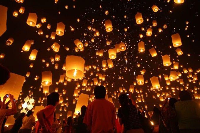 毎年チェンマイで行われるランタン祭り「コムローイ」。幻想的な絶景は、一度は見てみたいイベント。