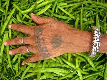 The left hand is customarily used for cleaning oneself, so Indian people never eat with their left hands ~