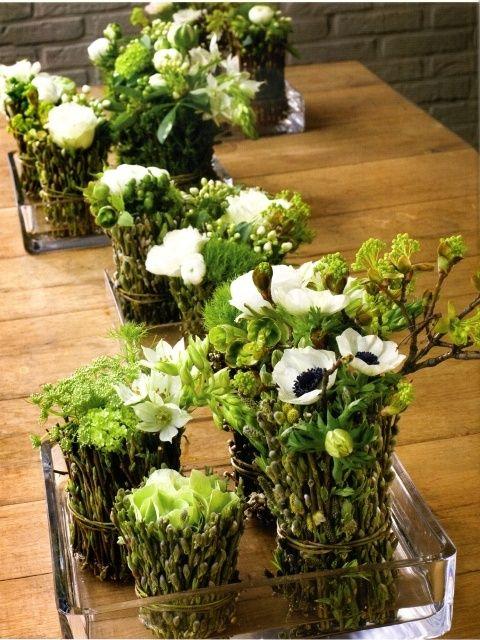 bundeltjes van katjestakken met voorjaarsbloemen