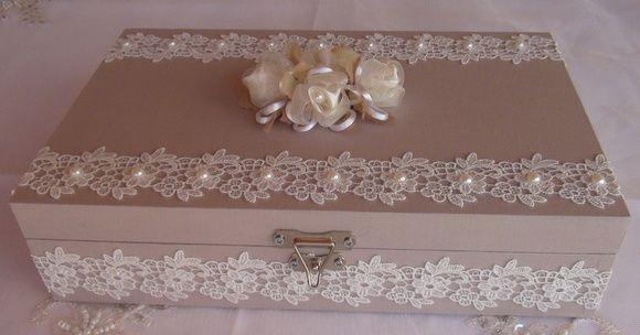 Caixa em MDF forrada em tecido 100% algodão. Revestida com bordado inglês e chatons pérola. Flor em cetim e organza acima da caixa