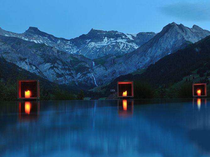 Piscine avec vue sur les montages du Cambrian Hôtel Adelboden en Suisse