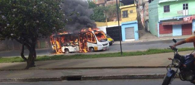 Bandidos ateiam fogo em micro-ônibus e passageira fica ferida em Simões Filho; Veja o vídeo http://ift.tt/2vDYIT0