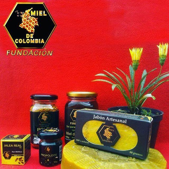 Cuando compras productos de Miel de Colombia, no solo estas llevando un producto de excelente calidad, estas ayudando a las abejas, estos dinero son invertidos en la compra de madera, para realizar las colmenas, viáticos para las personas que nos ayudan en los rescates, materiales e implementos utilizados en los rescate, es hora de acabar con la extinción de las abejas en el mundo... Eres parte de la solución. Bienvenidos a la familia Miel de Colombia. ADVERTENCIA MUY IMPORTANTE: Los…
