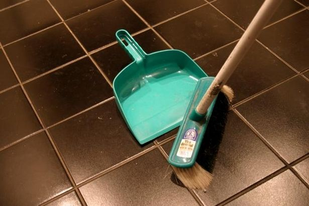 How to Clean a Plastic Broom thumbnail