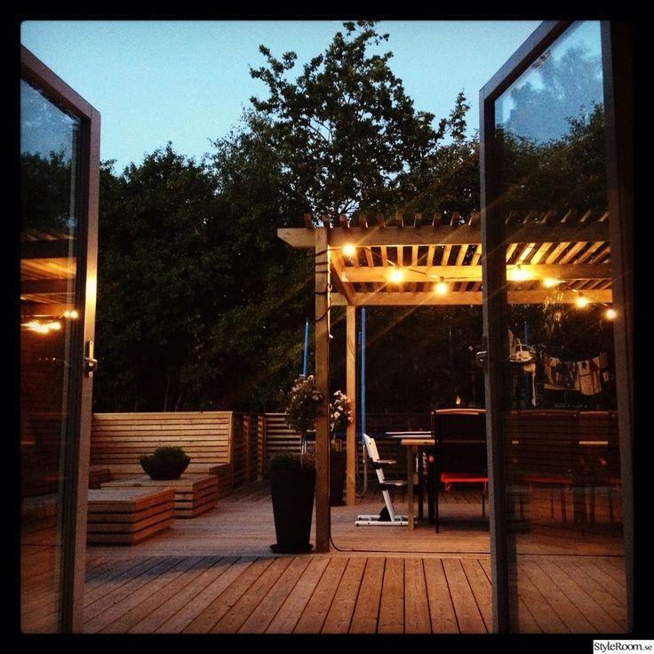 pergola,uteplats,platsbyggd soffa,altan,dubbeldörrar,sommarkväll,belysning skåp,belysning