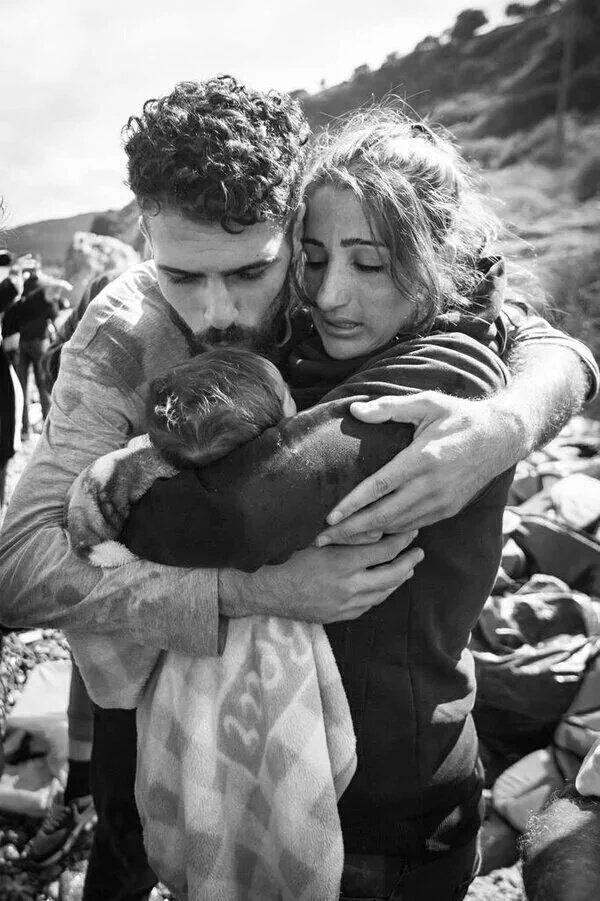 """Per tutti è la """"giornata internazionale del bacio"""". Anche per questa famiglia irachena rifugiata"""