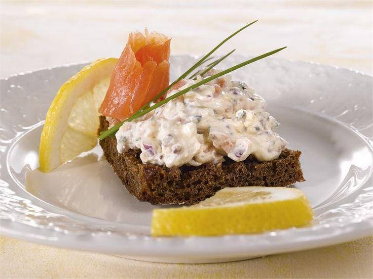 Toast Skagen on perinteinen, Pohjoismaissa tunnettu alkuruoka, jossa paahdetun leivän päällä on runsaasti katkarapuja ja majoneesia. Tässä muunnelmassa on käytetty kylmäsavulohta ja smetanaa, joka sekin on oikein oiva yhdistelmä.