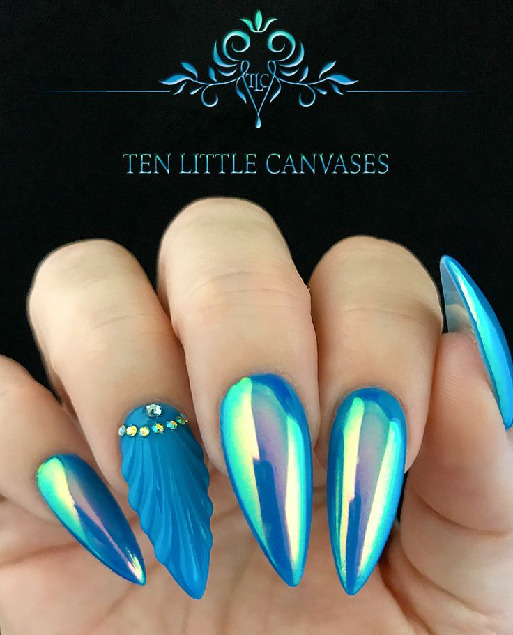 @pelikh_Luminaura Aurora by Social Claws pigment over neon blue with a shell nail design