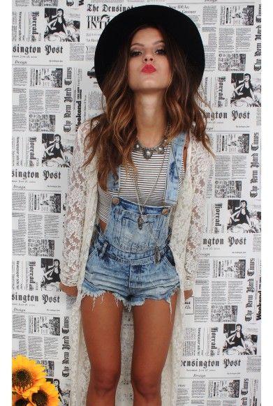 Jardineira jeans, top cropped listrado em b&w, kimono branco de renda e chapéu boho preto