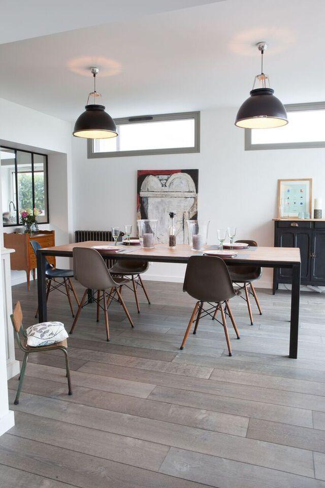 Une salle à manger résolument contemporaine où les chaises Eames sont reines !