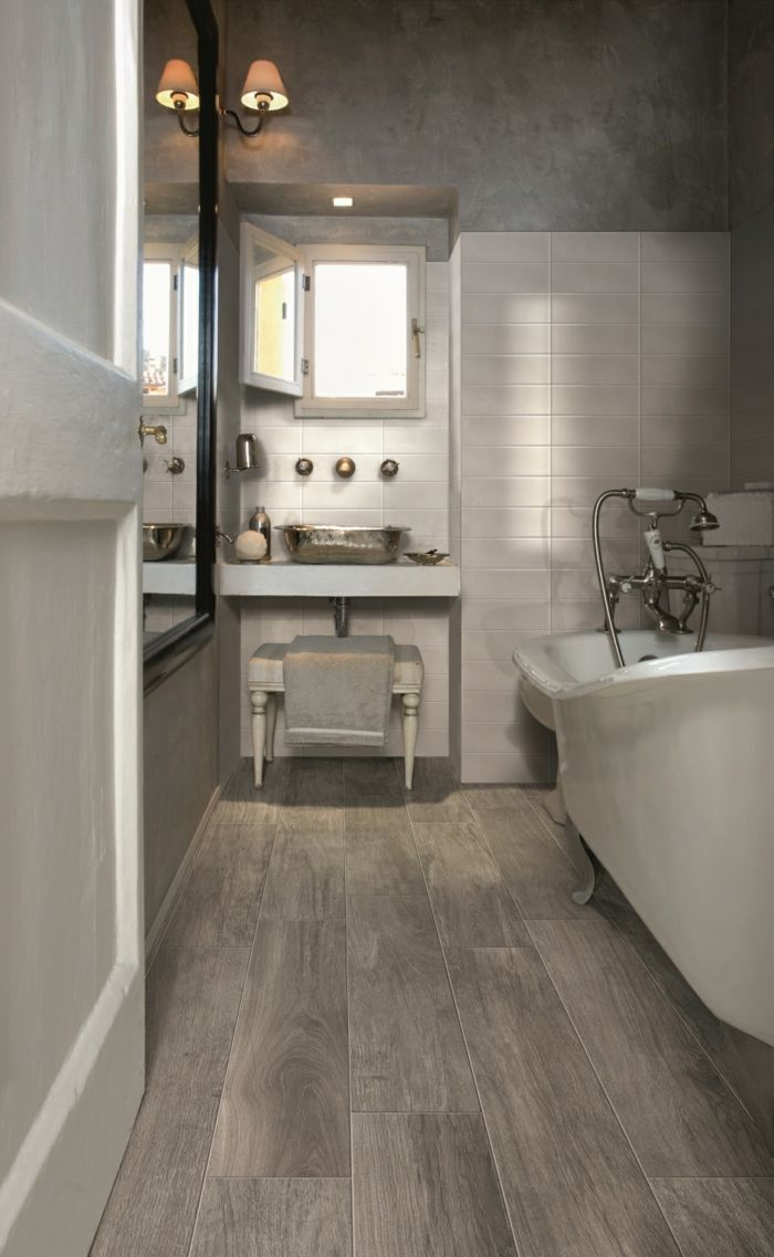 bodenbelag design badezimmer holzoptik porzellan badewanne wandleuchten