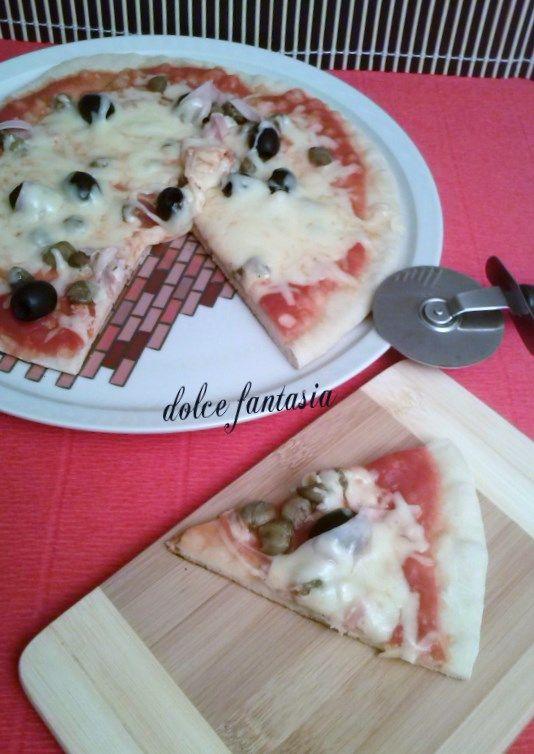 Pizza al prosciutto cotto capperi e olive cotta in padella