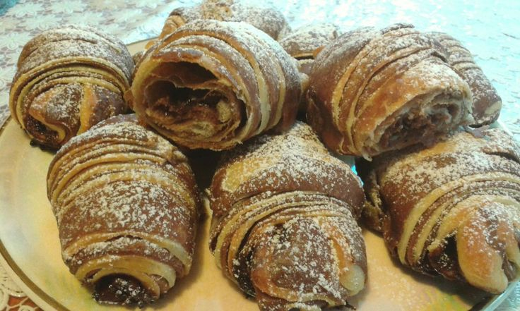 Extra jemné, lahodné a ještě k tomu i krásné vypadající croissanty posypané moučkovým cukrem.
