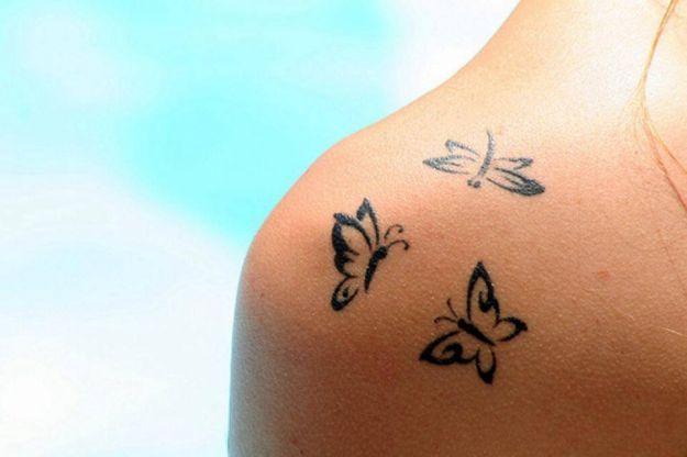 Tatuaggio sulla spalla con tre farfalle