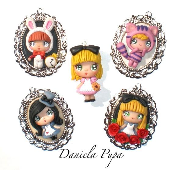 broches colgante alicia en el pais de las maravillas porcelana fria fimo so cute!!  Daniela Pupa Kawaii Jewels