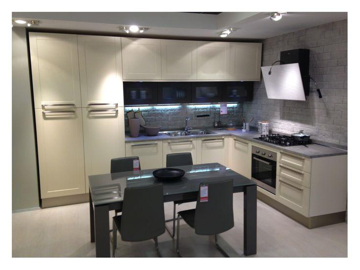 Cucina della SME con cappa particolare e da notarsi le antine nere sotto i pensili bianchi