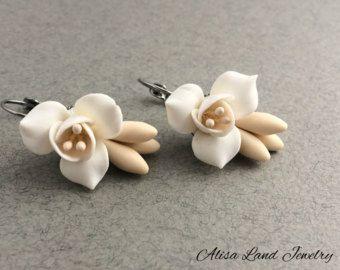 Pendientes flor blanca marfil pendientes florales, joyería de la arcilla de polímero, pendientes de Novia de boda, pendientes de Freesia, aretes de Dama de honor blanco