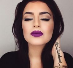 Make Up con labial color morado matte.