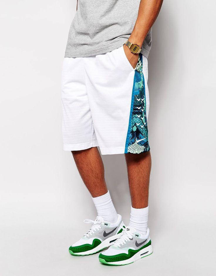 """Short par Nike Article fabriqué en tulle léger Taille élastique avec cordon Poches en biais sur les côtés Empiècement imprimé sur le côté Coupe ample au tombé lâche Lavage en machine 100% polyester Le mannequin porte l'article en taille Medium et mesure 178 cm (5'10"""")"""