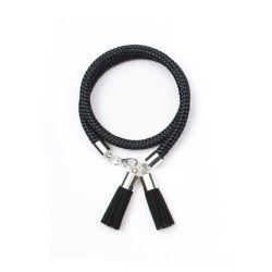 Fekete bojtos kötél karkötő Leírás:Fekete kötél karkötőfekete bojtokkal. Nikkelmentes.  Méretek: Állítható méretű lánchosszabbítóval.  Fehér díszdobozban szállítjuk!    #fashion #handmadejewelry #handmade #jewelry #unique #design #casseljewelry #fashionjewelry #jewelrydesign