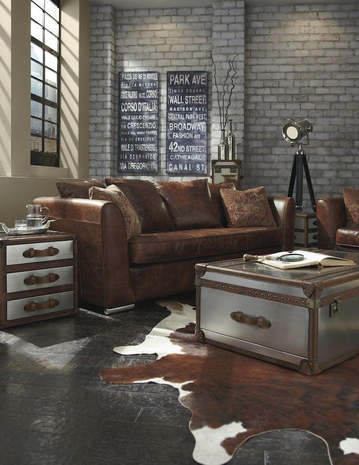 table basse industrielle en coffre malle vintage et tapis peau de vache dans un loft superbe