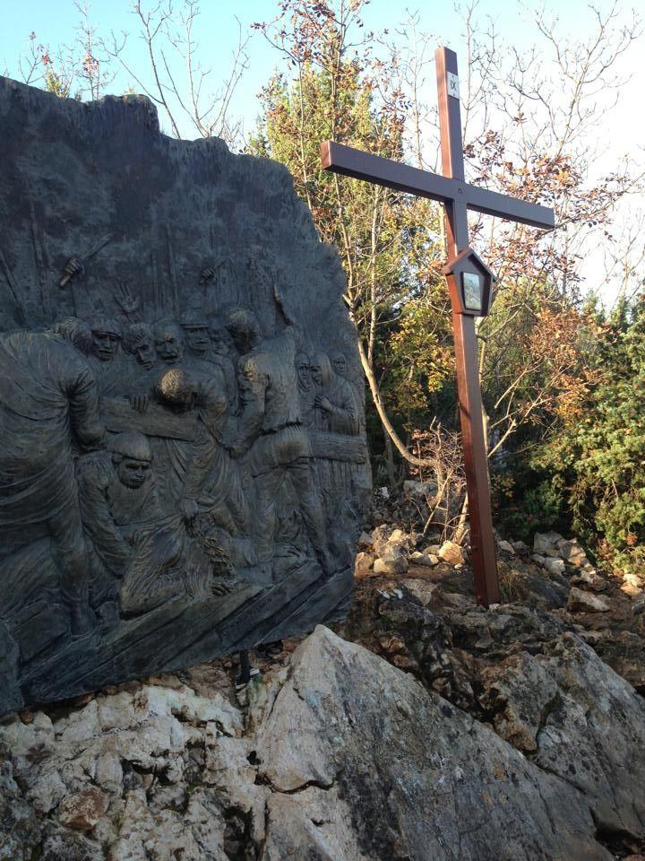 Medjugorje- Le stazioni della Via Crucis sul monte Križevac sono una tappa molto significativa per tutti quei pellegrini che non pregano solo con le parole, ma con il cuore.