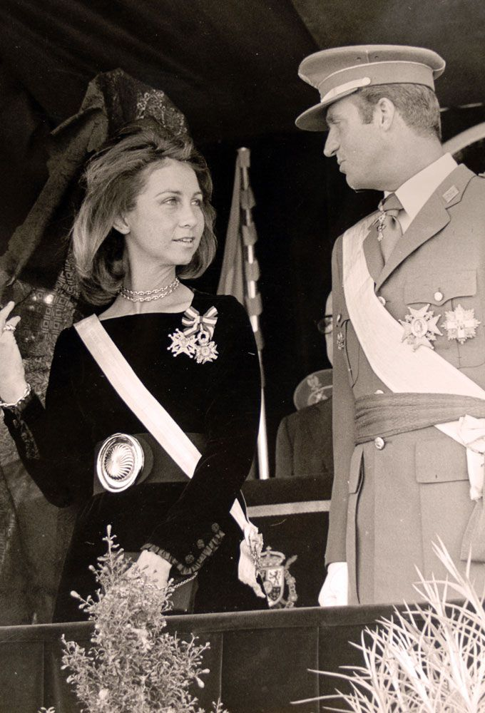 El Rey Emerito Don Juan Carlos I Deja Oficialmente La Vida Publica Y Nos Ha Entrado Un Ataque De Nostalgia Reina Dona Sofia Sofia De Espana Reina Sofia De Espana