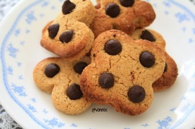Ripped Recipes - Peanut Butter Chocolate Chip Cookies - Soft, decadent and high protein cookies that are perfect for those afternoon sweet cravings!