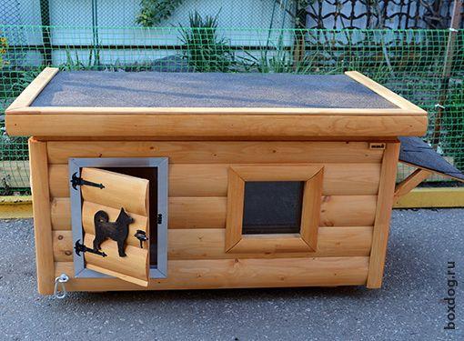 Оригинальная модель будки для собаки средних размеров с запирающейся дверцей и козырьком, предотвращающим попадание осадков в миски с водой и едой.