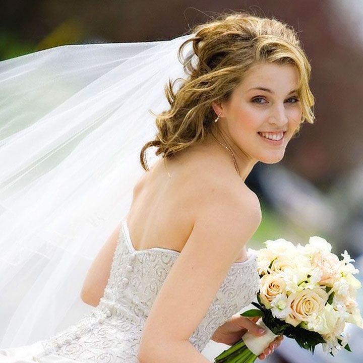 Le spose indossano l'abito bianco nel giorno del loro matrimonio e si preparano a dire sì alla persona amata. Il rito del matrimonio cattura l'immaginario delle donne fin da piccole, quando sognano di sposarsi con il principe azzurro. Cero nella vita reale le cose sono un po' diverse, ma ogni sposa rivive i sogni di bambina e per questo è felice e raggiante.