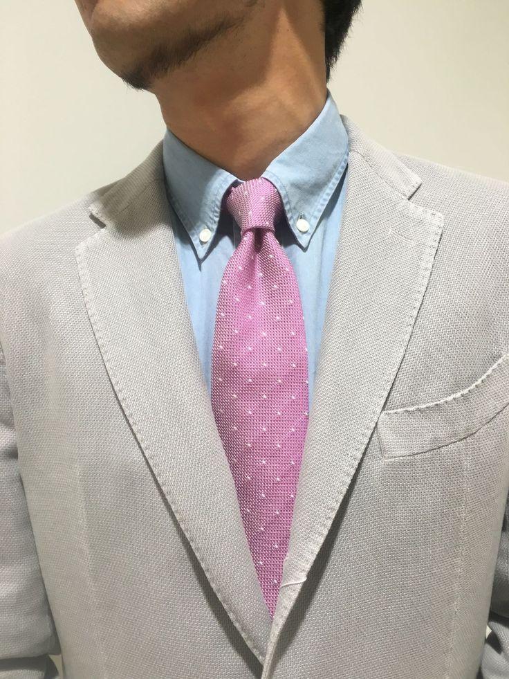 グレーのジャケットには、ピンクのフレスコタイを差し色に! 鎌倉シャツコーデ