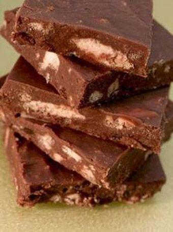 Σπιτικές σοκολάτες με μπισκότα και σταφίδες με 5 υλικά