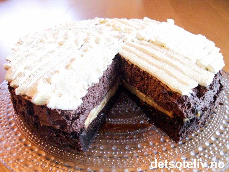 Kakebunn à la Brownies! Så vaniljekrem. Deretter et tykt lag myk, mørk sjokolademousse. Så søt, luftig, pisket krem. Olala! -Man skjønner straks man ser oppskriften at dette bare må bli NYDELIG!!!