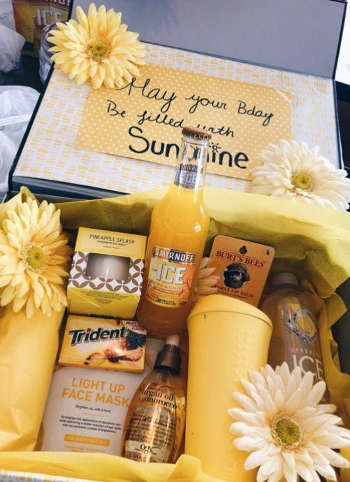 Ein gelber Sonnenschein-Geschenkkorb, ideal für Familien oder Freunde