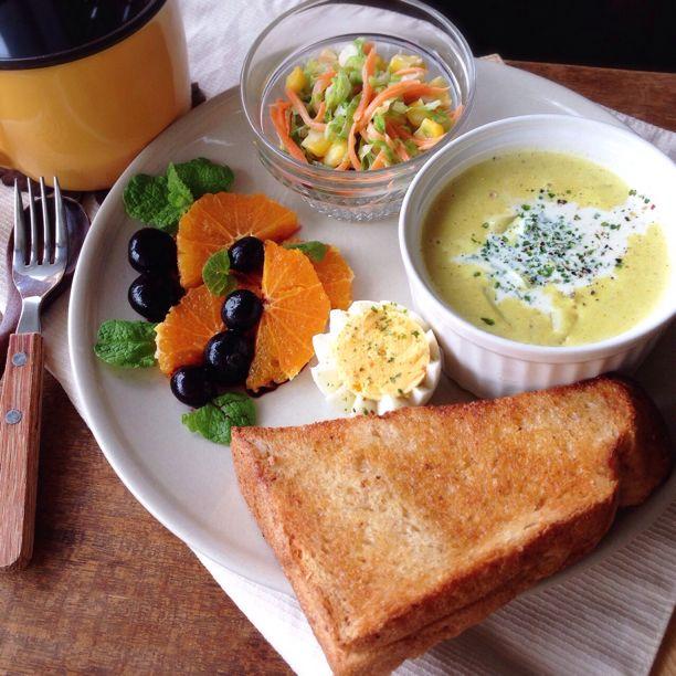 朝ごはん。きのことじゃがいものカレー風味スープなど。