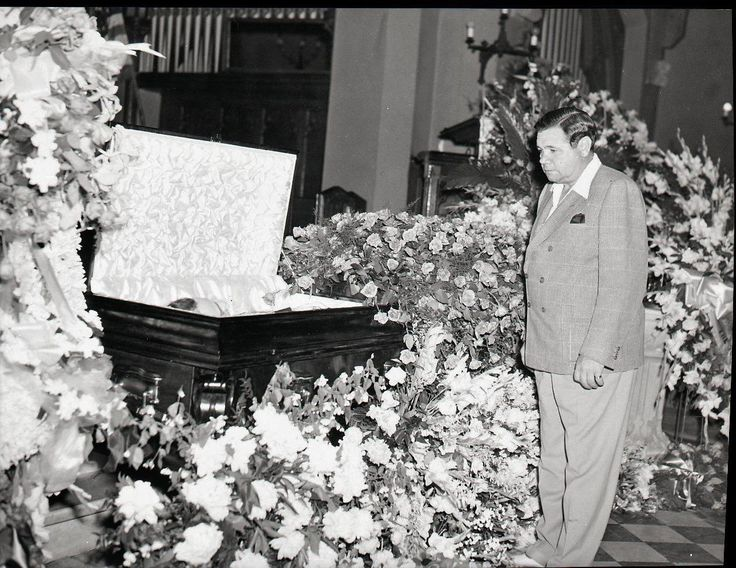 best babe ruth death ideas atlanta braves cubs  babe ruth pays his respects to lou gehrig at his funeral 1941