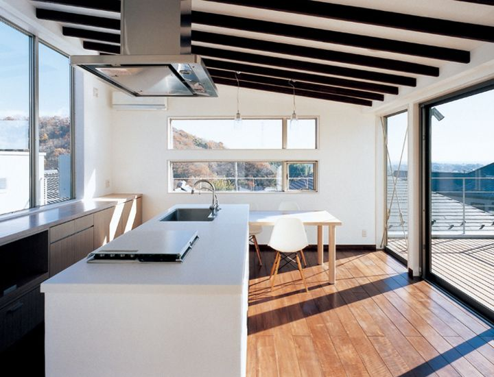 オーシャンビューの魅力的なダイニングキッチン。天井の木製梁がインテリアのアクセントです。|キッチン|アイランド|インテリア|カウンター|ダイニング|おしゃれ|ウッド|リビング|